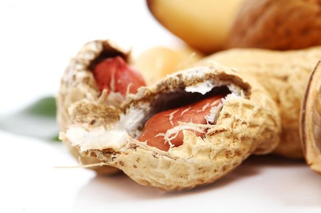 Frische erdnüsse auf weiß Kostenlose Fotos