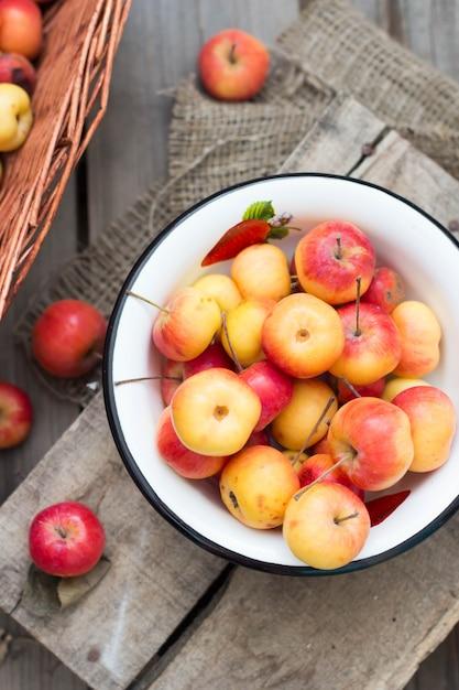 Frische ernteäpfel auf dem rustikalen holz Premium Fotos