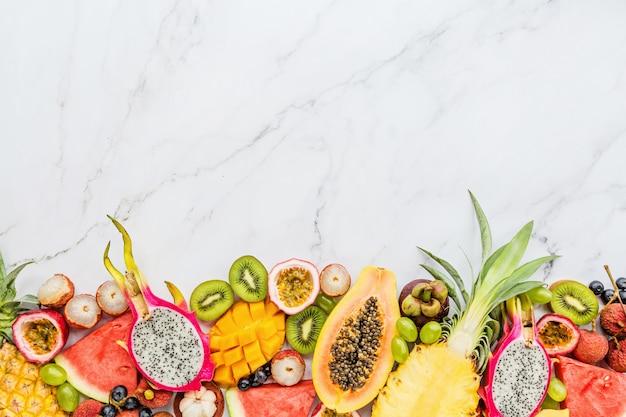 Frische exotische früchte auf weißem marmorhintergrund Premium Fotos