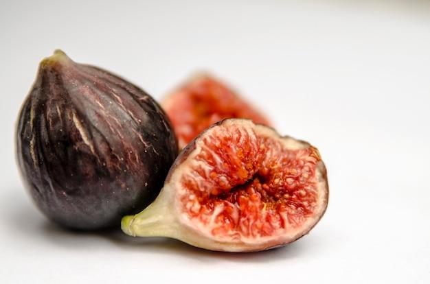 Frische feigenfrucht getrennt auf weiß Premium Fotos