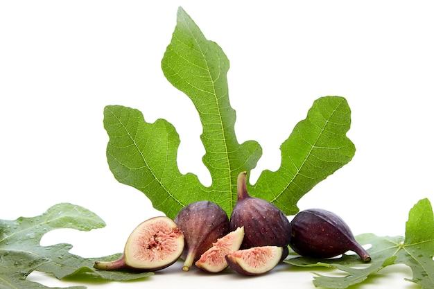 Frische früchte des feigenbaums mit blättern Premium Fotos