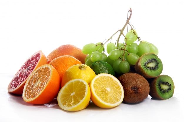 Frische früchte getrennt auf weißem hintergrund Kostenlose Fotos