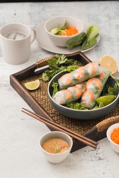 Frische garnelenröllchen mit salat und soße Kostenlose Fotos