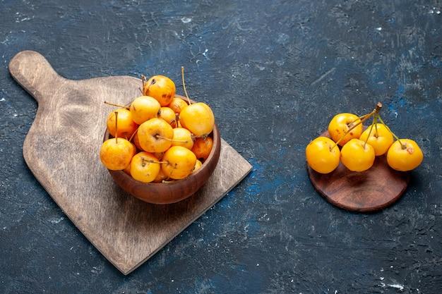 Frische gelbe kirschen reife süße früchte auf grau-dunklem schreibtisch, frucht milde frische süße kirsche Kostenlose Fotos