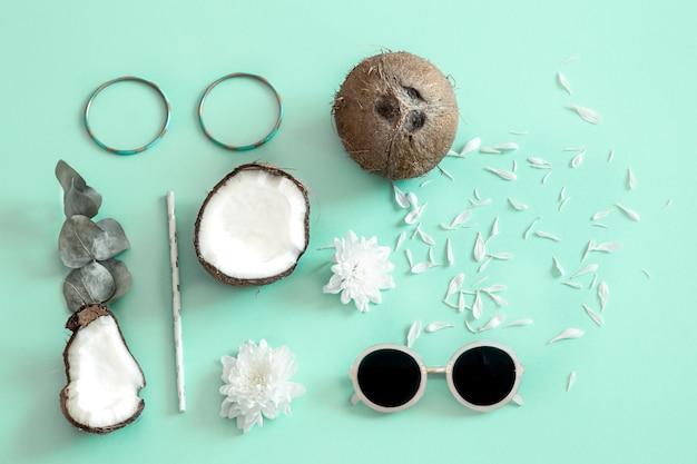 Frische gespaltene kokosnuss auf einem blauen hintergrund. Kostenlose Fotos