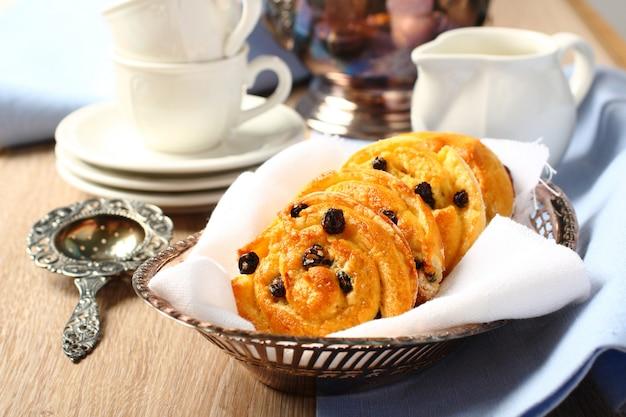 Frische glutenfreie süße strudelbrötchen mit rosinen zum frühstück Premium Fotos