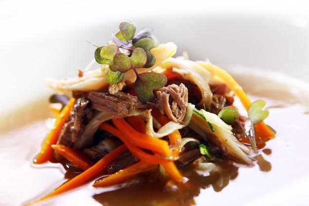 Frische gourmet-suppe mit fleisch Kostenlose Fotos