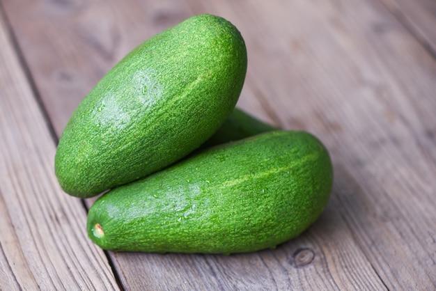 Frische grüne avocado auf einem holztisch Premium Fotos