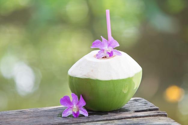 Frische grüne kokosnüsse mit trinkhalm Premium Fotos