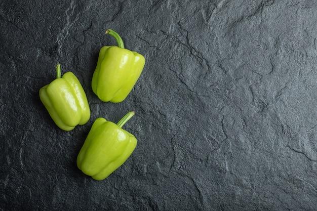 Frische grüne paprika auf schwarz. Kostenlose Fotos
