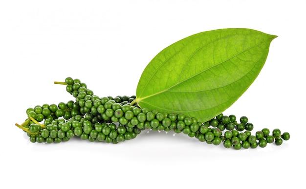 Frische grüne pfefferkörner auf weiß Premium Fotos
