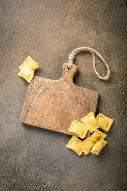 Frische hausgemachte gefüllte quadratische pasta ravioli Premium Fotos