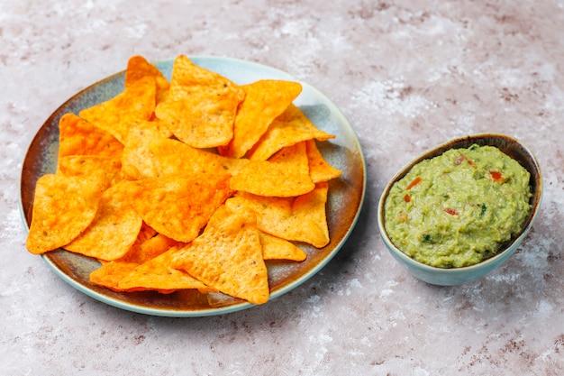 Frische hausgemachte heiße guacamole-sauce mit nachos, draufsicht Kostenlose Fotos
