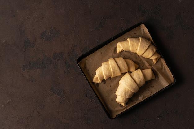 Frische hörnchen mit schokolade auf einer draufsicht des behälters Premium Fotos