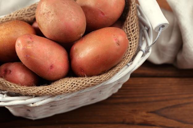 Frische kartoffeln im korb Premium Fotos