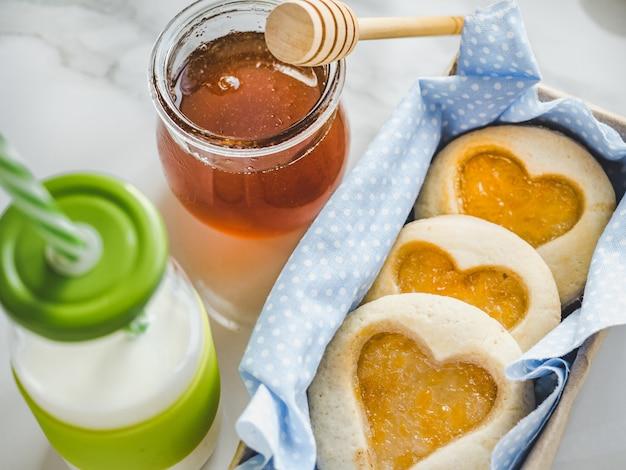 Frische kekse, ein glas milch und ein glas Premium Fotos