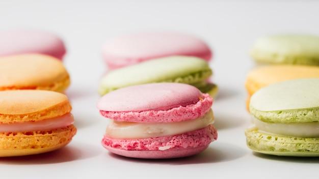 Frische köstliche makronen auf weißem hintergrund Kostenlose Fotos