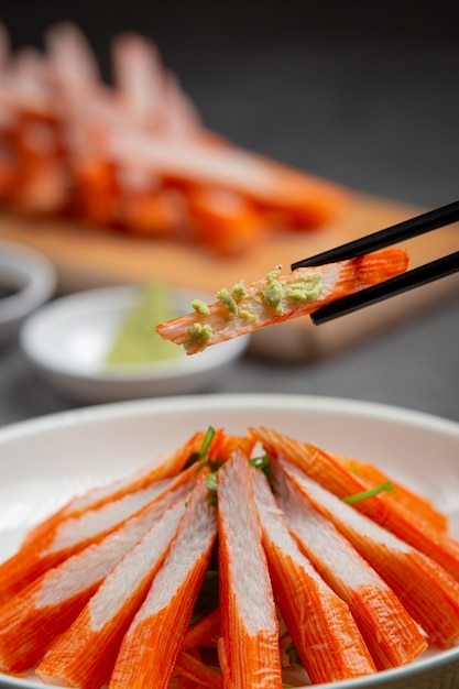Frische krabbenstangen mit wasabi und sojasauce Kostenlose Fotos