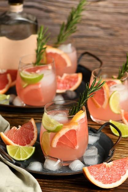 Frische limette und rosmarin kombiniert mit frischem grapefruitsaft und tequila sind der perfekte weg, um das beste aus diesen erstaunlichen produkten herauszuholen. Premium Fotos