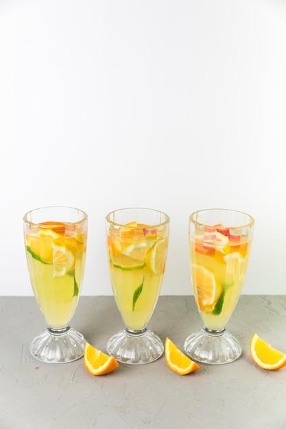 Frische limonadengläser der draufsicht Kostenlose Fotos