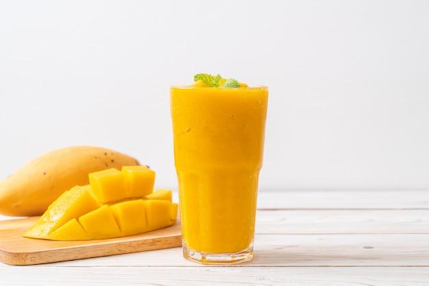 Frische mango-smoothies Premium Fotos