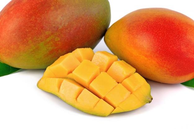 Frische mangofrucht auf weiß Premium Fotos