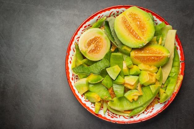 Frische melone, in stücke schneiden, auf tablett legen Kostenlose Fotos
