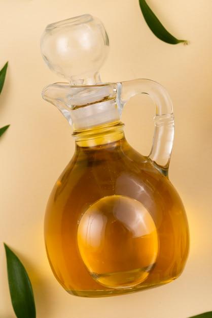 Frische olivenölflasche auf tabelle Kostenlose Fotos