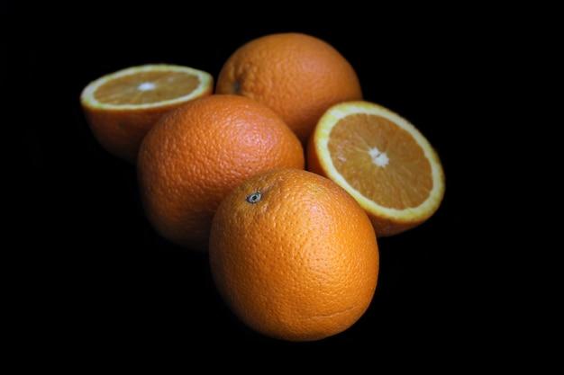 Frische orange frucht, abschluss oben, auf schwarzem hintergrund Premium Fotos
