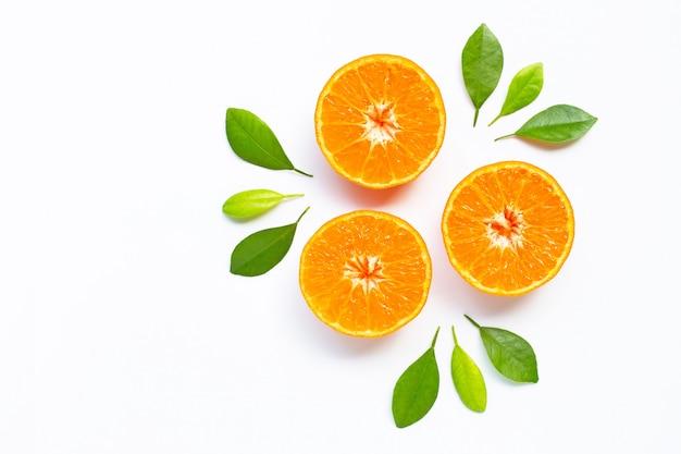 Frische orange zitrusfrucht mit blättern auf weiß Premium Fotos