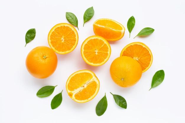 Frische orange zitrusfrucht mit den blättern getrennt auf weiß. Premium Fotos
