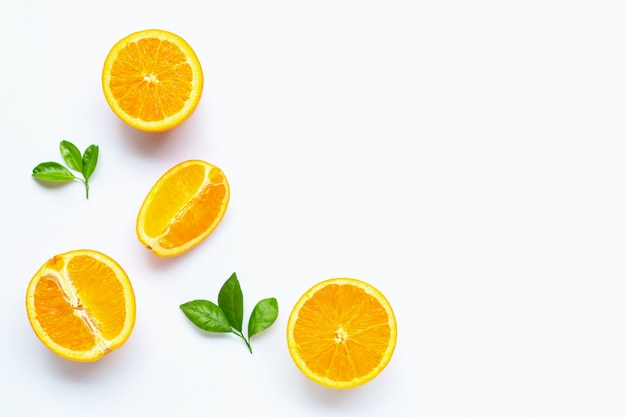 Frische orange zitrusfrucht mit den blättern lokalisiert auf weißem hintergrund. Premium Fotos