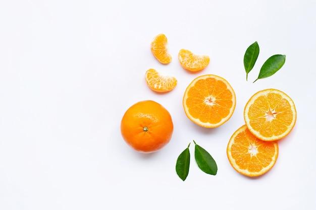 Frische orange zitrusfrüchte auf weiß. Premium Fotos