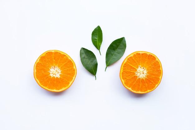 Frische orange zitrusfrüchte mit blättern auf weißem hintergrund. Premium Fotos
