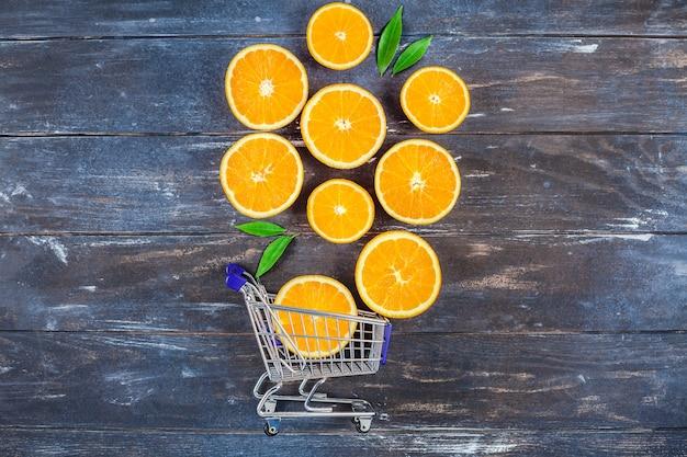 Frische orangen auf dunklem holztisch Premium Fotos