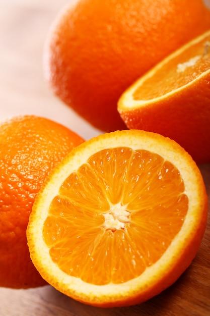 Frische orangen auf holzbrett Kostenlose Fotos
