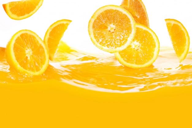 Frische orangen fallen in saft Kostenlose Fotos