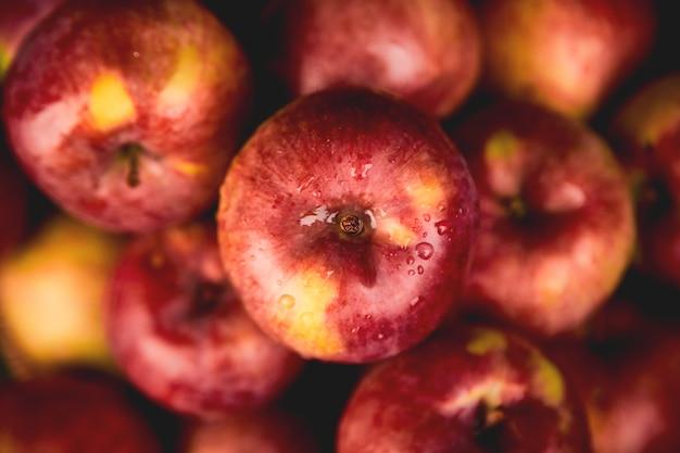 Frische organische rote äpfel auf schwarzem Premium Fotos