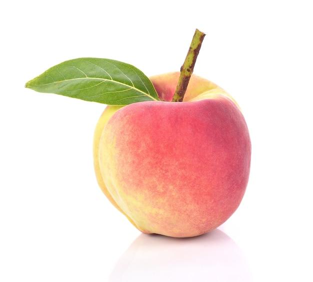 Frische pfirsiche tragen auf weißem hintergrund früchte Premium Fotos