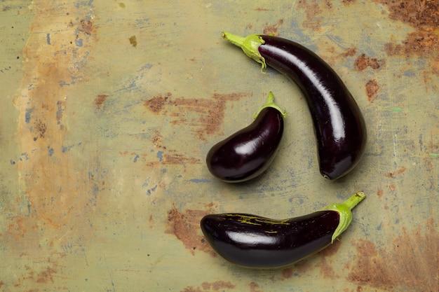 Frische reife aubergine auf eisenoberfläche Premium Fotos