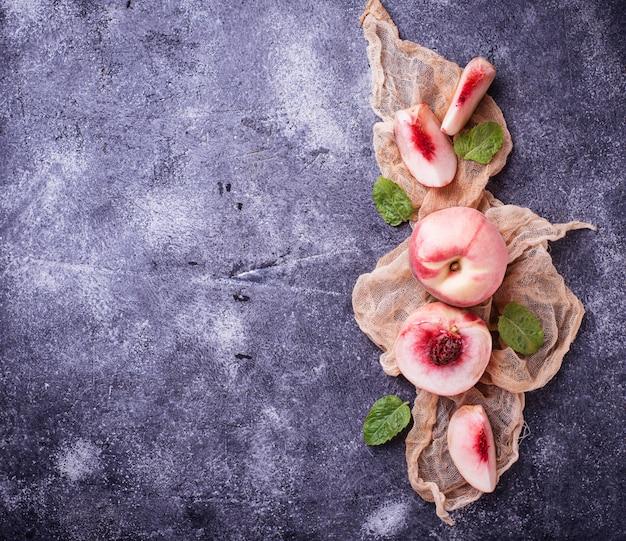 Frische reife pfirsiche auf konkretem hintergrund Premium Fotos
