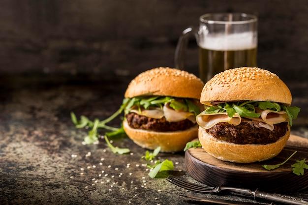 Frische rindfleischburger der vorderansicht mit speck und bier Kostenlose Fotos