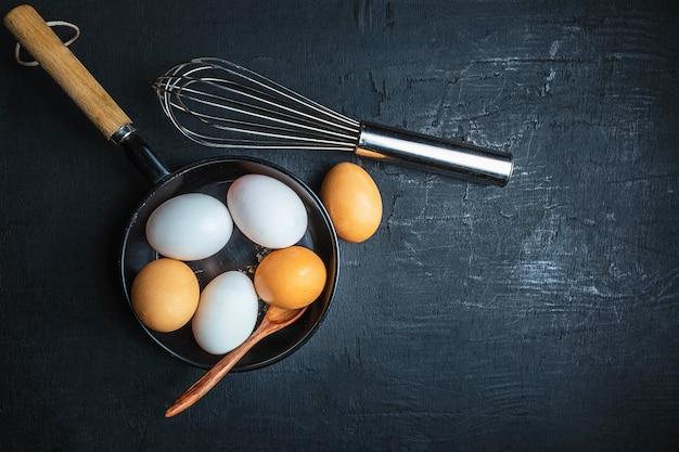Frische rohe eier zum kochen Premium Fotos