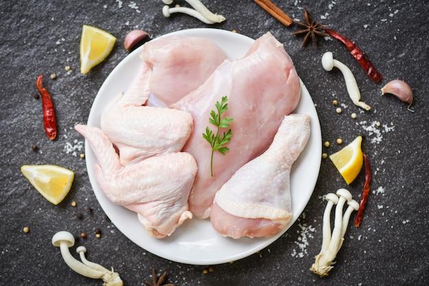 Frische rohe hühnerbrustflügel und ungekochtes hühnerfleisch der beine Premium Fotos