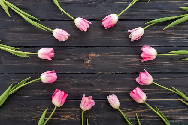 Frische rosa tulpenblumen auf holztisch. draufsicht mit textfreiraum Premium Fotos