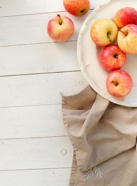 Frische rote äpfel auf einem holztisch Kostenlose Fotos