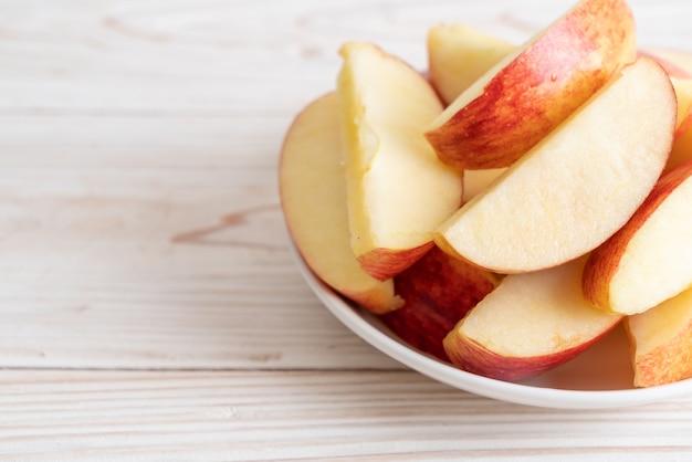 Frische rote äpfel in scheiben geschnittene schüssel Premium Fotos