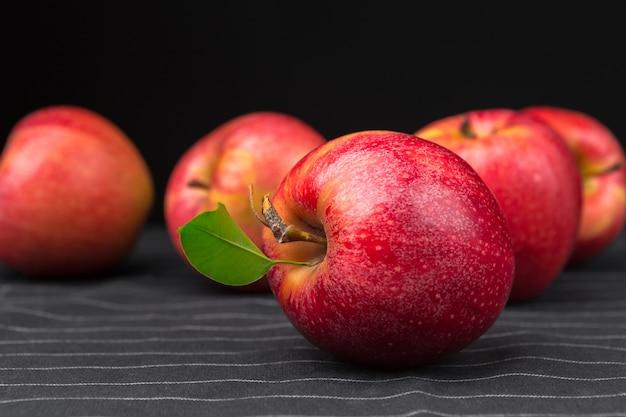Frische rote äpfel Premium Fotos