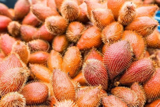 Frische rote salak-frucht, salacca-zalacca naturhintergrund Premium Fotos
