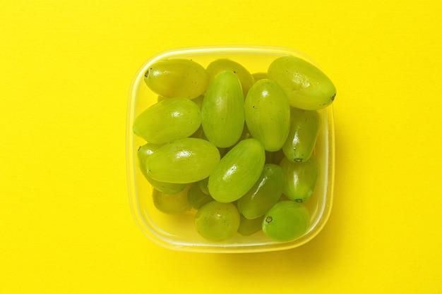 Frische saisonale trauben im plastikbehälter Premium Fotos